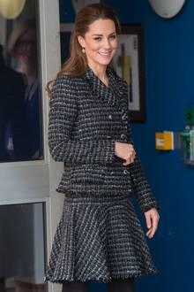 Ihrhalb hochgestecktesHaar ist - wie bereits am Tag zuvor - lockig geföhnt und legt den Blick frei auf ihre wunderschönen Hänger-Ohrringe. Es ist jedoch nicht das erste Mal, dass Kate sich in diesem Tweed-Outfit zeigt: Bereits im März 2019 trägt sie diese hübsche Kombi im Chanel-Stil. Wenn man sich den Look am Tag zuvor anschaut, setzt Kate derzeitwohl besonders gern auf Recycler-Looks mit glockigen Schnitten.