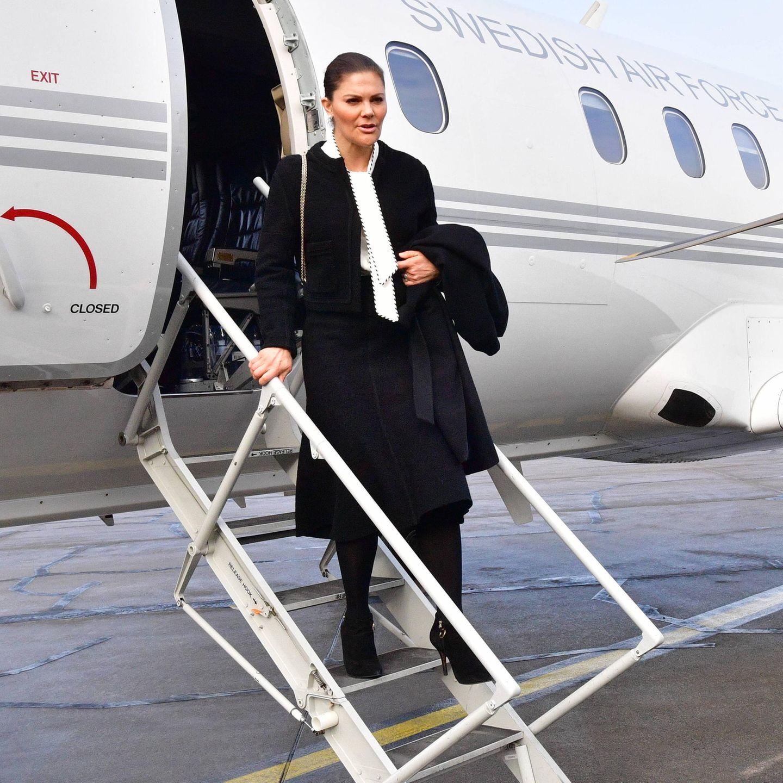 27. Januar 2020  Prinzessin Victoria bei der Ankunft auf dem Flughafen anlässlich des 75. Gedenktags der Befreiung des Konzentrationslagers Auschwitz. Mal wieder streikt dieschwedische Regierungsmaschine wegen einer technischen Panne.Victoria und die schwedische Delegation müssendieNacht in Polen verbringen.Es ist das dritte Mal seit November 2019, dass Victoria auf Reisen Ärger mit einem Regierungsflugzeug hat.