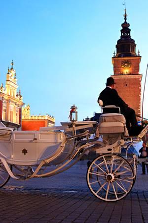 Mit Kutschen und Lichtern wirkt Krakau besonders märchenhaft