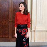 An diesem Look ist alles perfekt: Die brünette Haarpracht von Königin Letizia fällt genau so leicht wie die rote Seidenbluse. Dazu trägt sie einen schwarzen Rock mit farblich abgestimmten Blumenmuster und schwarze Stiefel. Von Kopf bis Fuß ein Hingucker.