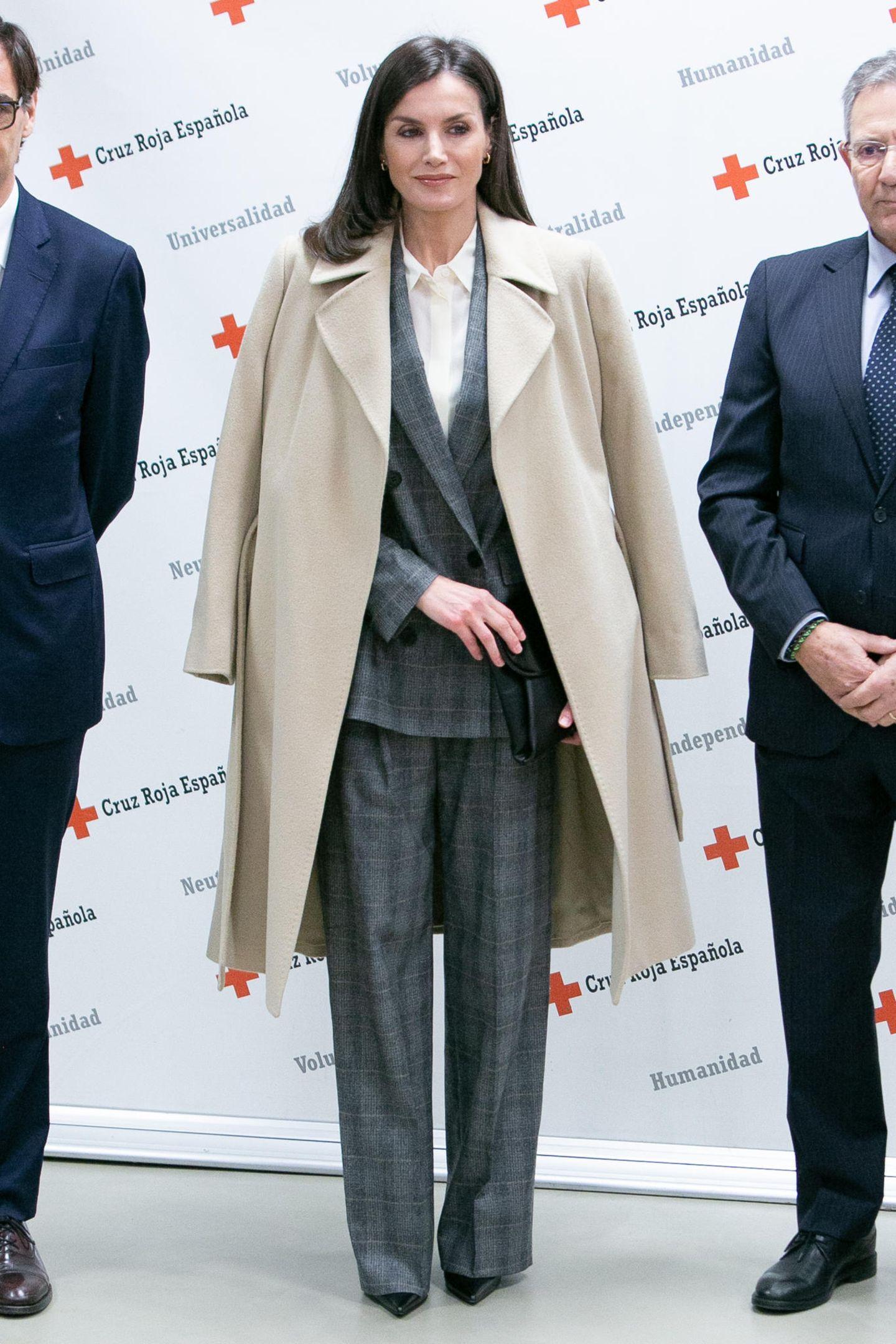 Königin Letizia hat eine tolle Figur und viel Stilgespür: Da überrascht es, dass sie in diesem karierten Zweiteiler fast untergeht. Der beige Mantel, den sie sich lässig über die Schultern geworfen hat, lässt ihre Silhouette noch mehr verschwinden. Schade!