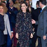 """In einem dunklen Kleid mit Konfetti-Print begeistert Königin Letizia bei ihrem Auftritt im Rahmen der Tourismus-Messe """"Fitur"""" in Madrid. Es stammt vom spanischen Label Massimo Dutti. Dazu kombiniert sie rostbraune Pumps von Magrit."""