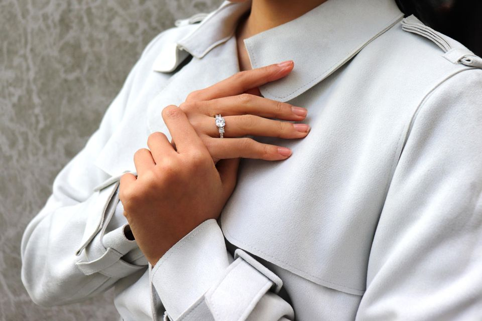 Frau trägt den silbernen Ring Meghan