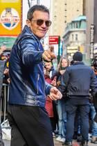 """28. Januar 2020  Hallo Antonio, schön dich zu sehen! So eine kleine Charmeoffensive erfreut jeden Fotografen.Nach seinem Besuch bei """"Good Morning America"""" zeigt sichSchauspieler Antonio Banderas gut gelaunt im coolen Leder-Look am New Yorker Times Square."""