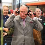 Prinz Charles hat Kopfhörer auf
