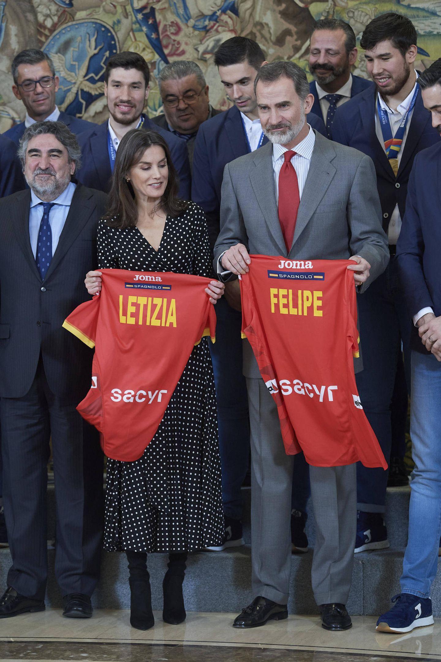 Königin Letizia + König Felipe bekommen ein Trikot geschenkt