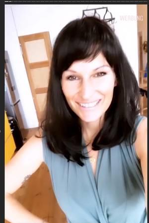 Janni Hönscheid mit schwarzer Perücke