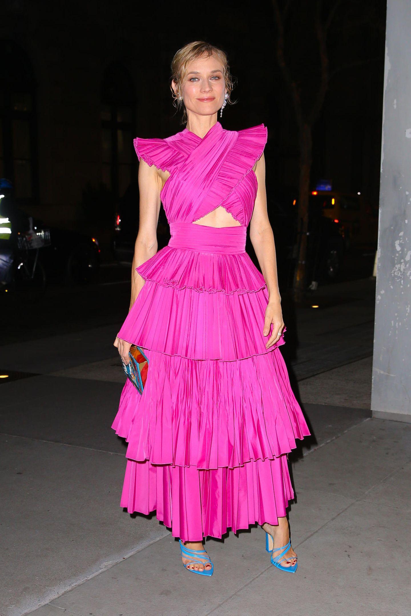Bei der Filmvorstellung von Thelma & Louise sticht Schauspielerin Diane Krueger besonders hervor: In einem pinkfarbenen Volant-Kleid von Prabal Gurung mit Cut-Out und Flügel-Ärmchen ist sie der Hingucker des Abends.