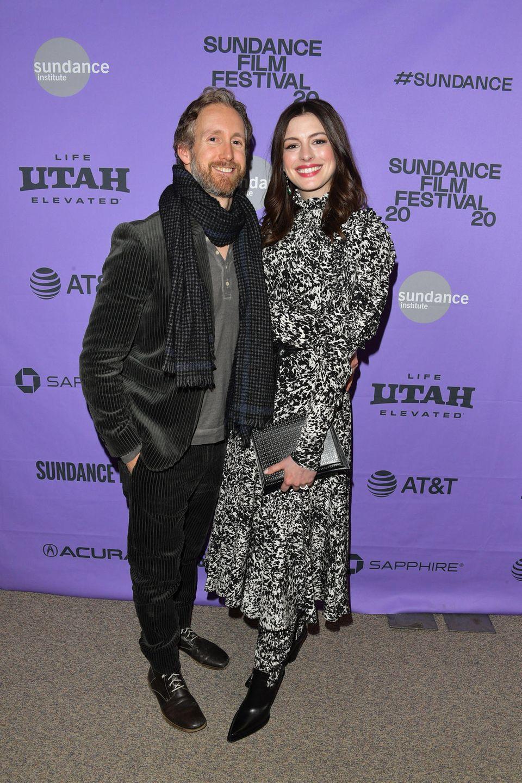 Nicht nur, dass Anne Hathaway nach der Geburt ihres zweiten Kindes im Dezember 2019 wahnsinnig gut aussieht, diesesFoto zusammen mit ihrem Mann Adam Shulmanhat auch Seltenheitswert. Das Paar zeigt sich nur selten gemeinsam am Red-Carpet.
