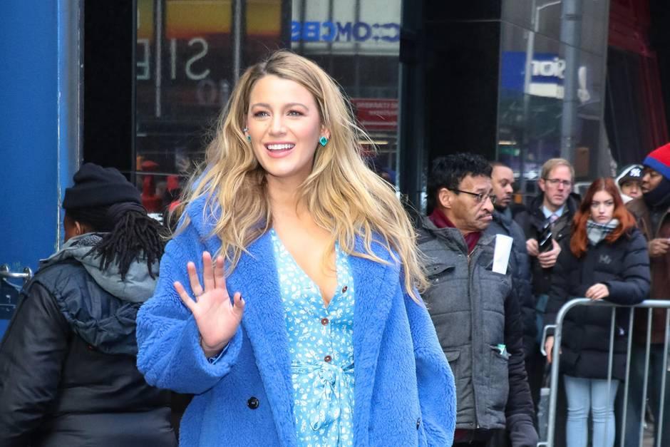 Auch Blau steht der Schauspielerin hervorragend.