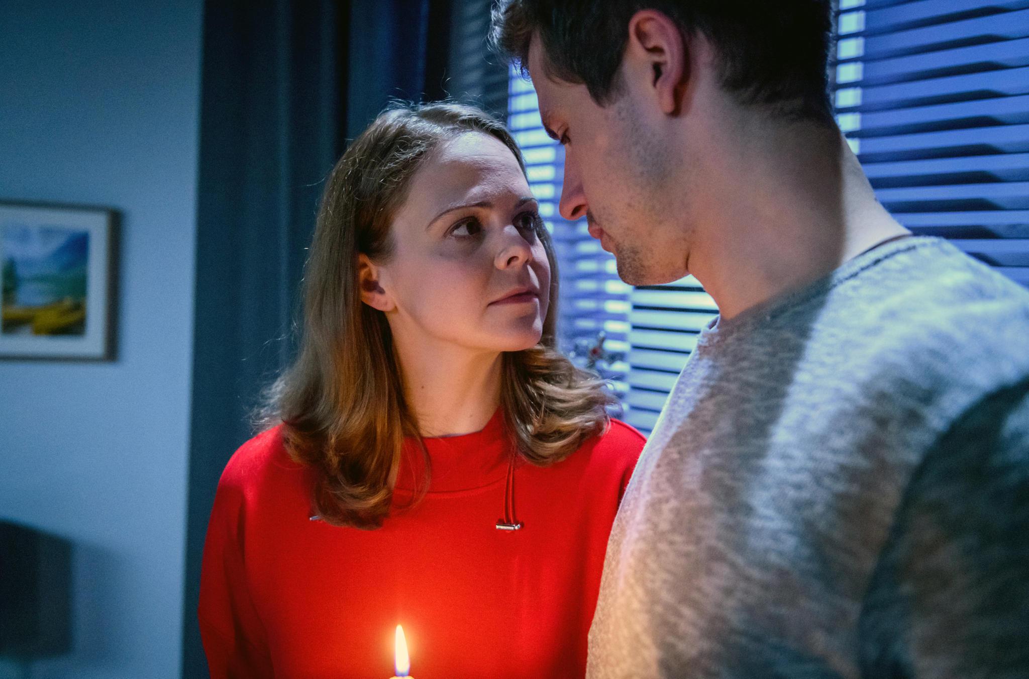"""""""Sturm der Liebe"""": Während eines Stromausfalls, entsteht zwischen Paul (Sandro Kirtzel, r.) und Lucy (Jennifer Siemann, l.) ein magischer Moment."""