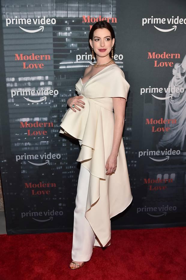 Im Oktober 2019 präsentiert Anne Hathaway stolz ihre Babykugel. Die Volant-Robe im Vokuhila-Schnitt rückt Annes Rundungen perfekt in den Mittelpunkt. Wenige Monate später ...