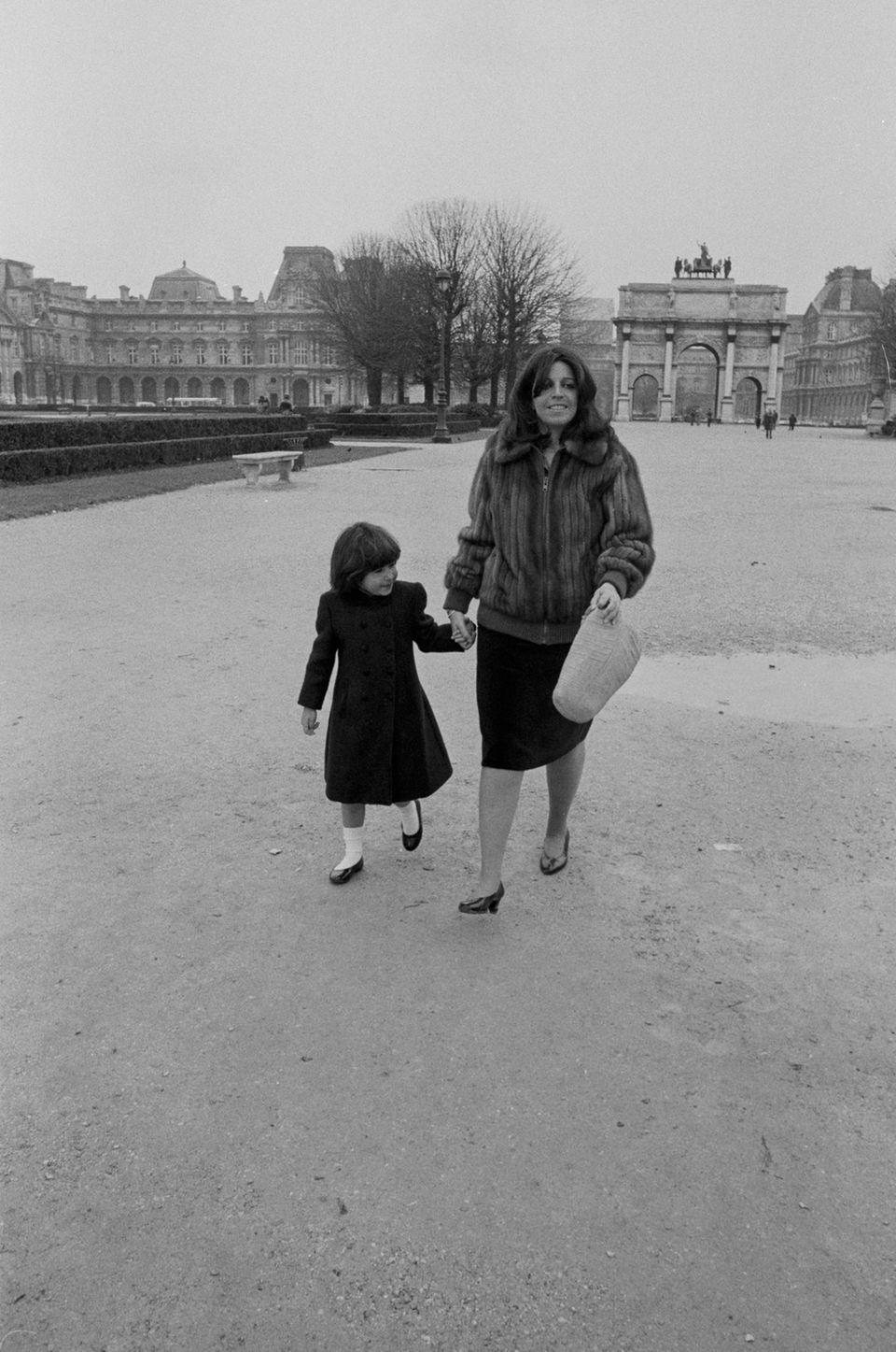 Athina Hélène Onassis de Miranda kommt 1985in Neuilly-sur-Seine bei Paris zur Welt. Ihre Mutter Christina Onassis leidet Zeit ihres Lebens an Depressionen und verstirbt im Alter von nur 37 Jahren an einem Herzinfarkt. Ihre Tochter Athina, in vierter Ehe mit Thierry Roussel geboren, ist damals gerade drei Jahre alt.