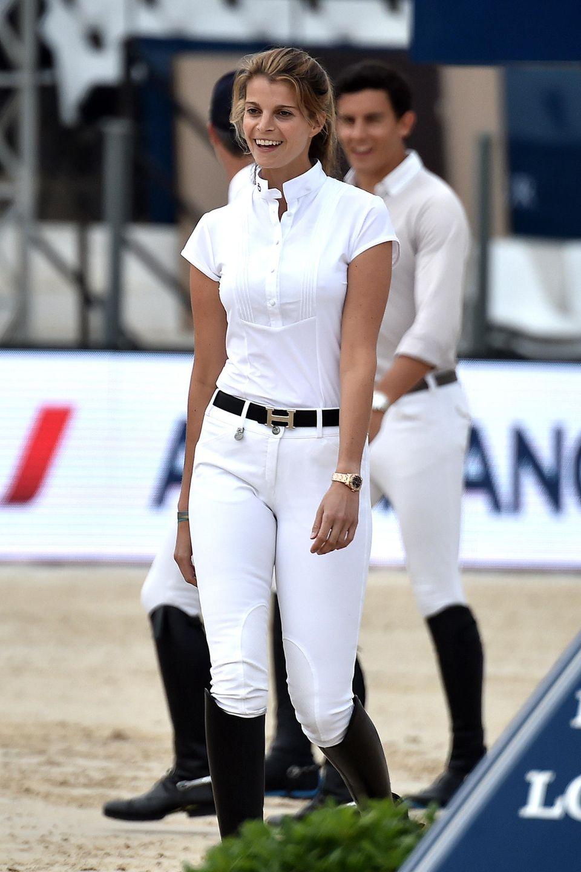 Schon früh ist klar, dass die Liebe zuPferden und der Reitsport wichtigeBestandteile im Leben von Athina Onassissind. Ist sie mit den Tieren zusammen, blüht sie auf und so verbringt sie jede freie Minute im Stall oder auf Turnieren.