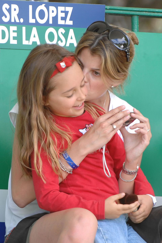 Ihr größter Wunsch, einmal Kinder zu haben, erfüllt sich für Athina Onassis nicht. Ihr Mann Alvaro bringt eine kleine Tochter mit in die Ehe. Für Athina ist Viviane Miranda so wichtigwie ein leibliches Kind.