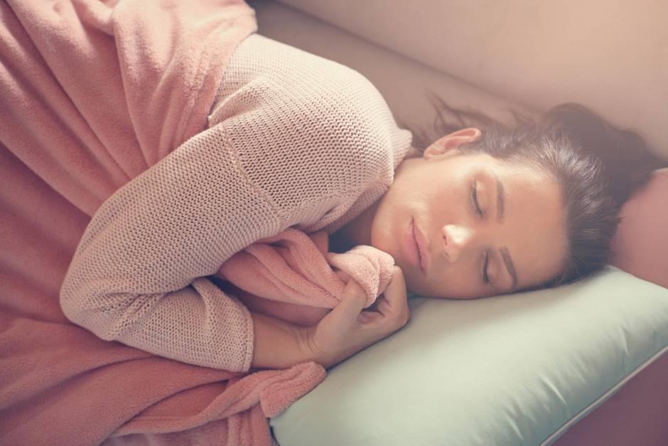 Heizdecke, junge Frau am Schlafen, eingekuschelt in Heizdecke