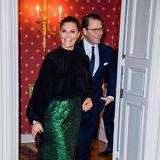 Prinzessin Victoria zeigt sich bei einem Dinner in Malmö ganz festlich – durch den grün-glitzernden Rock im Kombination mit dunklem Oberteil und Strumpfhose wirkt ihr Look fast schon weihnachtlich.