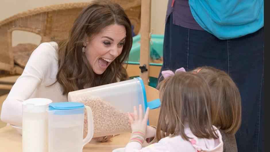 Herzogin Catherine frühstückt mit Kindern
