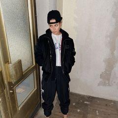 """Aus Lena wird Lennart – zumindest zeigt sich Lena Meyer-Landrut betont jungshaft auf Instagram mit Cap und Bomberjacke. """"Liebe Grüße, Lennart"""", schreibt sie unter das Foto, welches bei Fans und Freunden für Begeisterung und Verwirrung zugleich sorgt."""