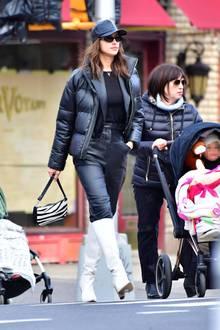 Irina Shayk schlendert ganz in Schwarz durch die Straßen von New York. Sie trägt eine Leder-Cap von Burberry und eine Sonnenbrille - möchte am liebsten unerkannt bleiben. Gerade erst wurde ein Interview veröffentlicht, in dem sie zum ersten Mal über die Trennung von Bradley Cooper spricht.