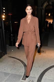 Weniger ist mehr: Während es auf den Laufstegen der Haute-Couture-Woche in Paris eher extravagant zugeht, setzt Irina als Gast der Valentino-Show auf einen simplen Zweiteiler in Braun. Streng zurückgesteckte Haare und ein natürliches Make-up runden den Look ab.