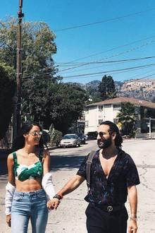 Rebecca Mir und Massimo Sinató könnten während ihres L.A.-Urlaubs nicht glücklicher sein: Verliebt schauen sich die zwei durch ihre Sonnenbrillen an und erkunden händchenhaltend die Stadt. Rebecca trägt eine Jeans und ein Croptop, das die Aufmerksamkeit auf ihr perfekt trainiertes Sixpack lenkt. Auch Massimo scheint diesen Anblick zu lieben und schmachtet seine Rebecca an. Ein Date-Look, mit dem Rebecca ins Schwarze trifft!