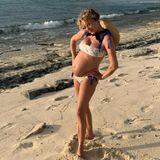 """Überglücklich und stolz präsentiertChloë Sevigny ihren Babybauch am Strand. Die wachsende Murmel verstecken? Kommt für die coole Schauspielerin nicht in Frage! Im Gegenteil! Die 45-Jährige zeigt voller Stolz, was sie hat. Laut """"TMZ"""" soll sie bereits im fünften Monat sein. Das zuckersüße Baby-Outing gab es erst vor ein paar Wochen. Vater des ersten Kindes der Schauspielerin ist ihr Freund, der GaleristSinisa Mackovic."""