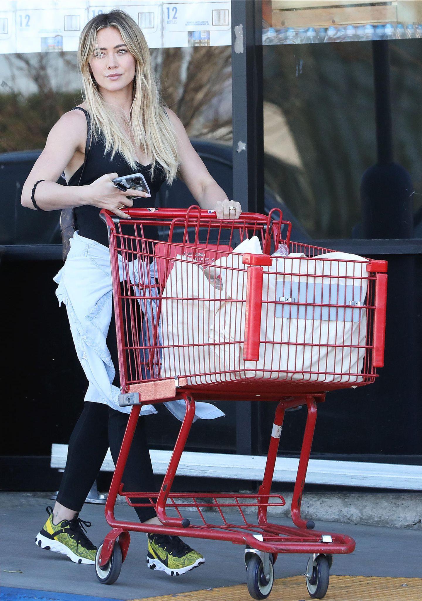 Selbst beim Supermarkt-Shopping machtHilary Duff eine gute Figur: Im sportlichen Gym-Look schiebt der Disney-Stardie Einkäufe schnell zum Auto. Zuhause warten neben Ehemann Matthew immerhin noch zwei weitere hungrigeMäulchen auf Nachschub.
