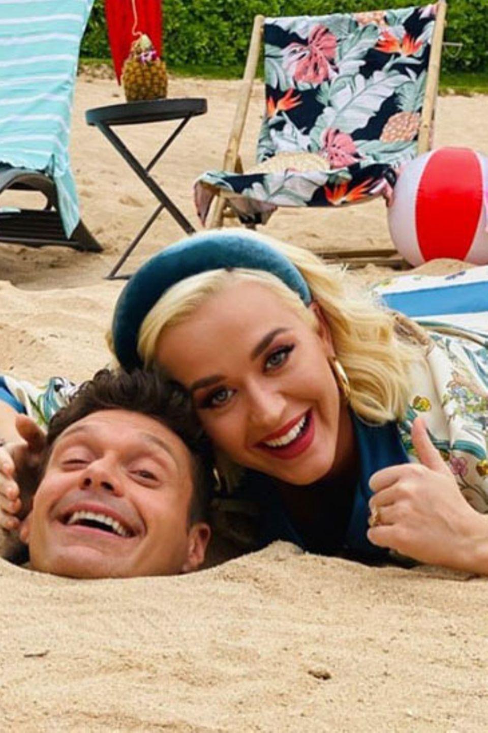 """1. Februar 2020  Für die aktuelle Staffel von """"American Idol"""" ist Sängerin Katy Perryauf Hawaii unterwegs. Und ein bisschen Spaß neben der Arbeit muss sein. Dafürmuss Juror-Kollege Ryan Seacrest herhalten - aber Katy hat's ja im Griff."""