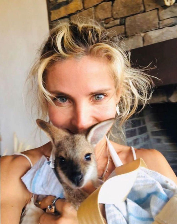Süß! Schauspielerin Elsa Pataky hält Känguru-Baby Joey in den Armen, das vor den Buschfeuern in Australien gerettet werden konnte.