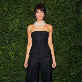 Ex-Bond-Girl Gemma Arterton versprüht Audrey-Hepburn-Vibes. Sie trägt einen schwarzen Zweiteiler bestehend aus Korsage und Culotte, auffällige Ketten und filigrane Heels machen den Look perfekt.