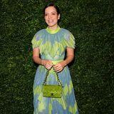 Lily Allen hingegen bekennt mehr Farbe und trägt eine grün-blau gemusterte Robe mit passender Chanel-Tasche in Giftgrün.