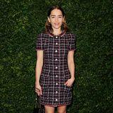 Emilia Clarke trägt ein klassisches Tweed-Kleid von Chanel. Der Bubikragen und die runden Knöpfe geben dem eleganten Look einen verspielten Touch.