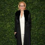 Gillian Anderson wählt einen hellen Zweiteiler zu dem sie einen schwarzen Mantel mit Fellkragen kombiniert. Die dunkle Brille und die glamourös geföhnten Haare sind ein zusätzlicher Eyecatcher!
