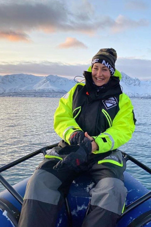 """2. Februar 2020  Nachdem Sarah Connor neun Tage langin der norwegischen Arktis auf Orca-Expedition war, sendet sie via Instagram ein kleines Lebenszeichen und teilt einige faszinierende Augenblicke ihrer abenteuerlichen Reise. In ihrem kleinen Erlebnisbericht schwärmt sie von der rauen Schönheit und beschreibt """"das Gefühl, meine Seele wäre endlich angekommen"""". Klingt nach einem Urlaub, den man nicht so schnell vergisst."""