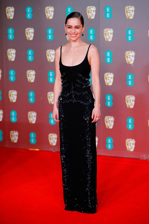 Emilia Clarke im tiefausgeschnittenen Look von Schiaparelli.
