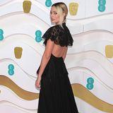 Margot Robbie kommt im Chanel-Kleid zur Preisverleihung.