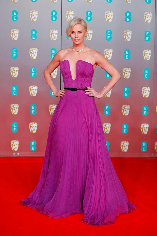 Charlize Theron trägt diese Award Season ein Hammer-Outfit nach dem anderen. Auch dieses Unikat von Christian Dior enttäuscht nicht.