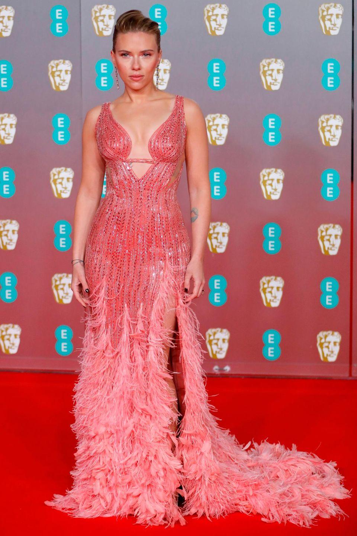 Die Sonderanfertigung von Versace steht Scarlett Johansson bestens. Die rosa Feder-Schleppe ist ein echtes Statement.