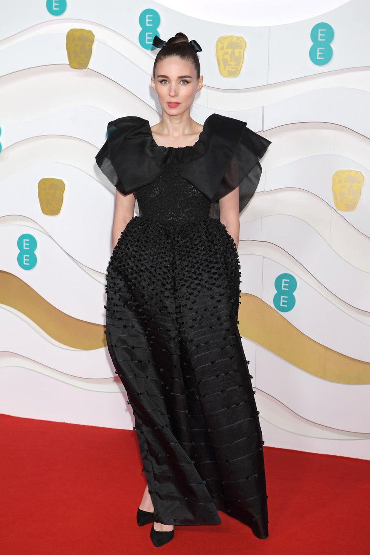 Rooney Mara geht in ihrem Givenchy-Kleid fast verloren.