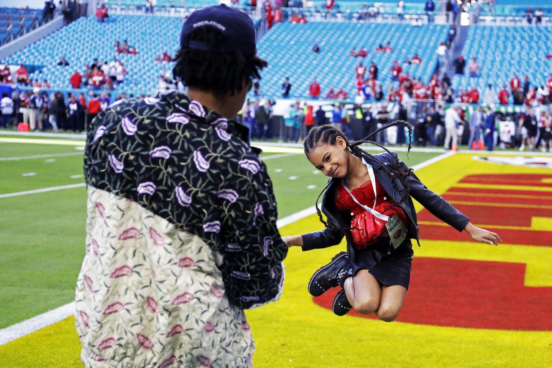 Bevor der 54. Super Bowl im Hard Rock Stadion in Miami beginnt, schießen Jay-Z und seine Tochter Blue Ivy noch ein paar witzige Erinnerungsfotos.