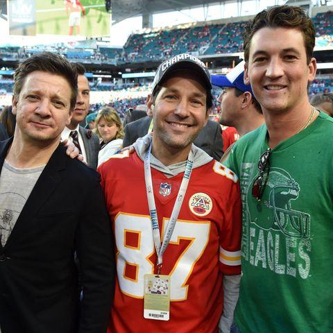 Nicht nur Paul Rudd und sein Sohn freuen sich auf das Football-Ereignis der Superklasse, sondern auch dieSchauspielkollegen Jeremy Renner (l.) und Miles Teller (r.).