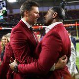 Die Football-Stars Tom Brady und Ray Lewis freuen sich über ihr Wiedersehen undkönnen das Spiel ganz entspannt vom Publikum aus verfolgen.