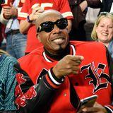 U can't touch this... Rapper MC Hammer ist nicht nur in einem der Werbeblöcke in der Halbzeitpause zu sehen, sondern auch live im Stadion.