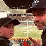 Liev Schreiber und sein Sohn Samuel Kai haben von der Tribüne aus den besten Blick aufs Spielfeld.