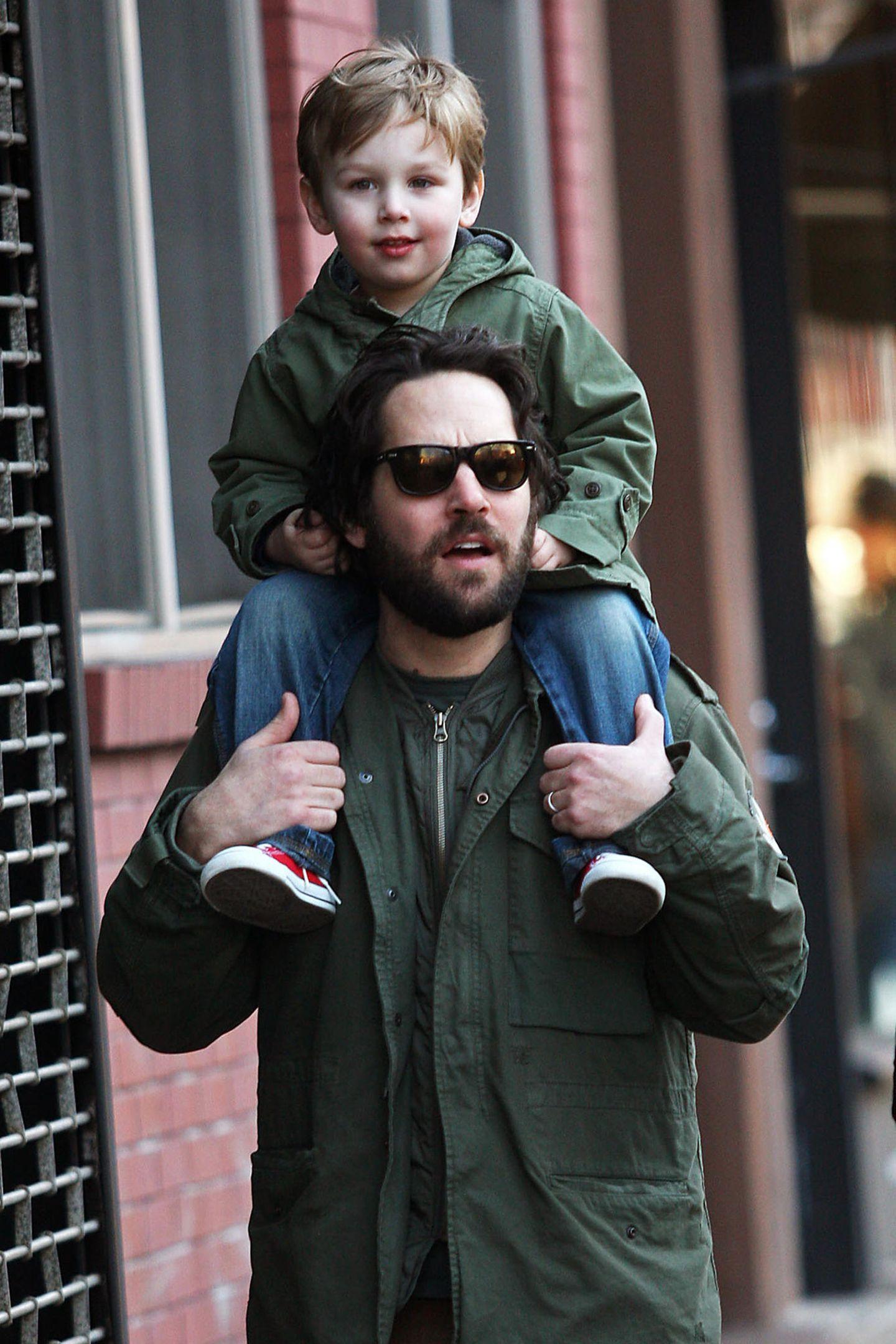 Im Mai 2006 wird Hollywood-Star Paul Rudd zum ersten Mal Vater, und zumindest bis 2008 kann er den kleinen Jack Sullivan noch auf seinen Schultern umhertragen. Damit ist aber lange Schluss.