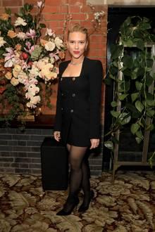 Zu einerAftershow-Party der BAFTA-Awards erscheint Schauspielerin Scarlett Johansson in einem ultrakurzem Blazerkleid mit auffälligen Knöpfen und Carrée-Ausschnitt des Labels Versace. Schwarze Pumps und eine ebenfalls schwarze semi-blickdichte Strumpfhose runden ihren Look ab, doch letzteres wird ihr kurz zuvor zum Verhängnis...