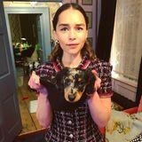 Emilia Clarke trägt ihren Hundewelpen