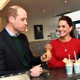 Bei einer Kugel Schoko-Eis sprühen die Funken zwischen William und Kate. Ohrringevon Asprey London für 5.800 Euro und eine Kette vonDaniella Draper im Wert von 972 Euro runden ihren Look ab.