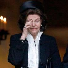 Königin Silvia wischt sich eine Träne aus dem Gesicht